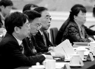 今年两会期间,张伯礼(左三)参加天津团开放日活动。
