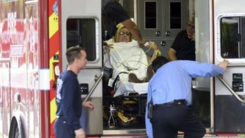 枪击事件中的伤者被送往医院。(图片来源:美联社)